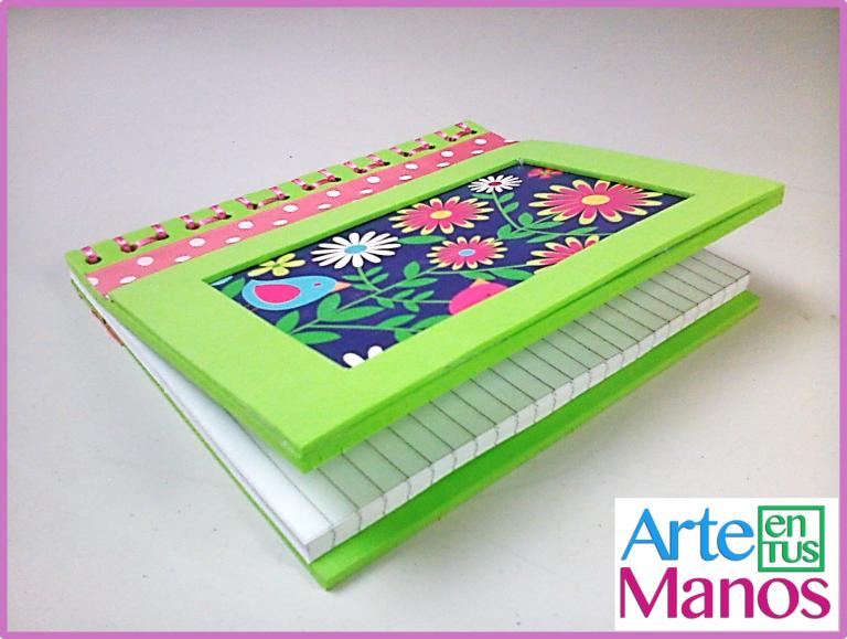 Agenda con hojas de cuadernos y foami o goma eva